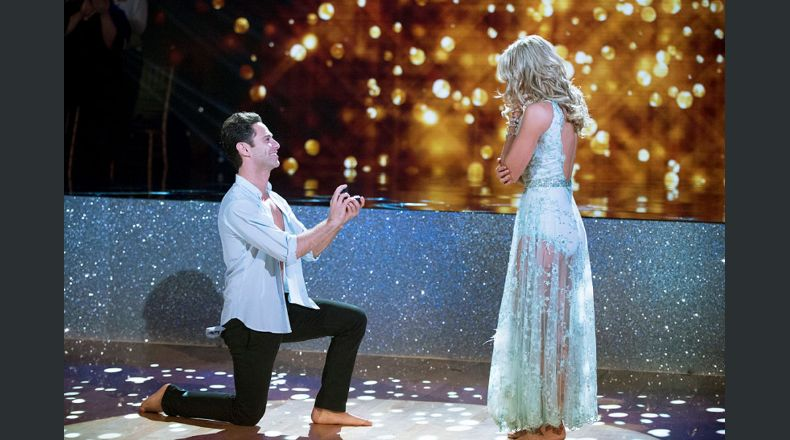 "Bailarines se comprometen en ""Dancing with the Stars"""